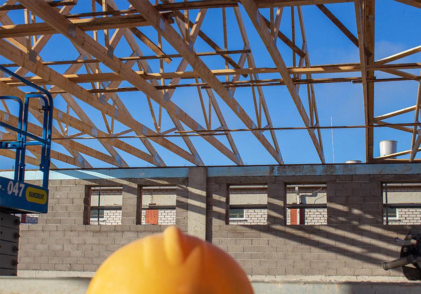Koka kopnes pret jumta spārēm