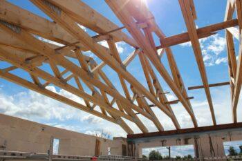 Dviejų aukštų privataus namo stogo medinės santvaros