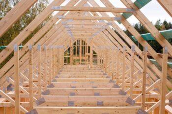 Fermes de toit mansardées avec espace de vie intégré dans le grenier