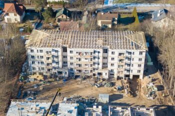 Jumta konstrukcijas no koka kopnēm daudzīvokļu mājai