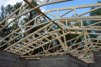 Stogo konstrukcijos iš medinių santvarų privačiam namui su atramomis