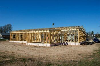 Stogo santvaros ir medinis rėmas privačiam namui
