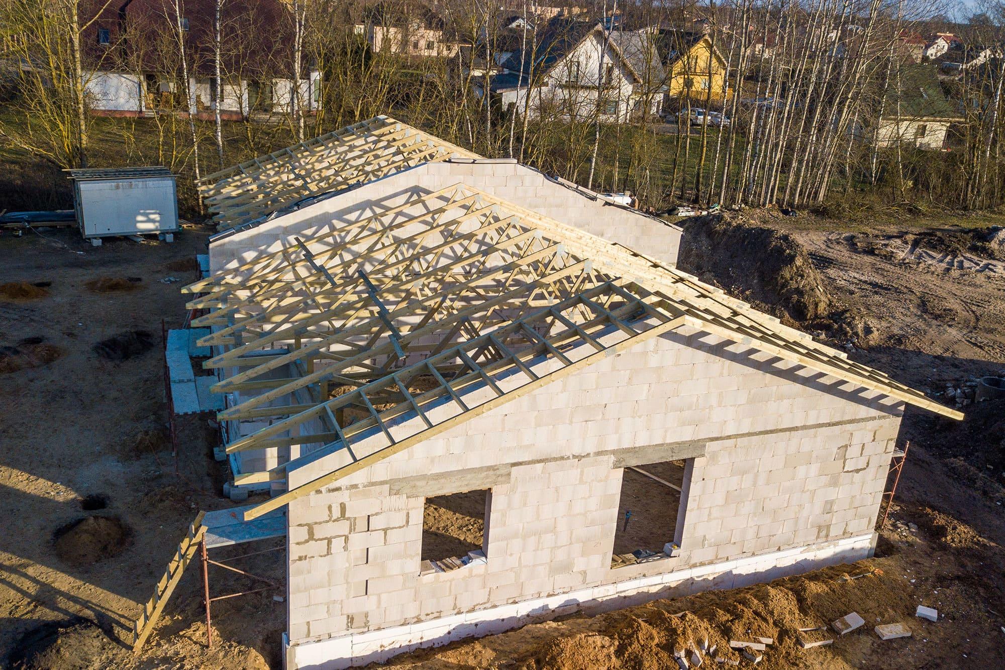 Dviejų namų projektas su medinėmis santvaromis