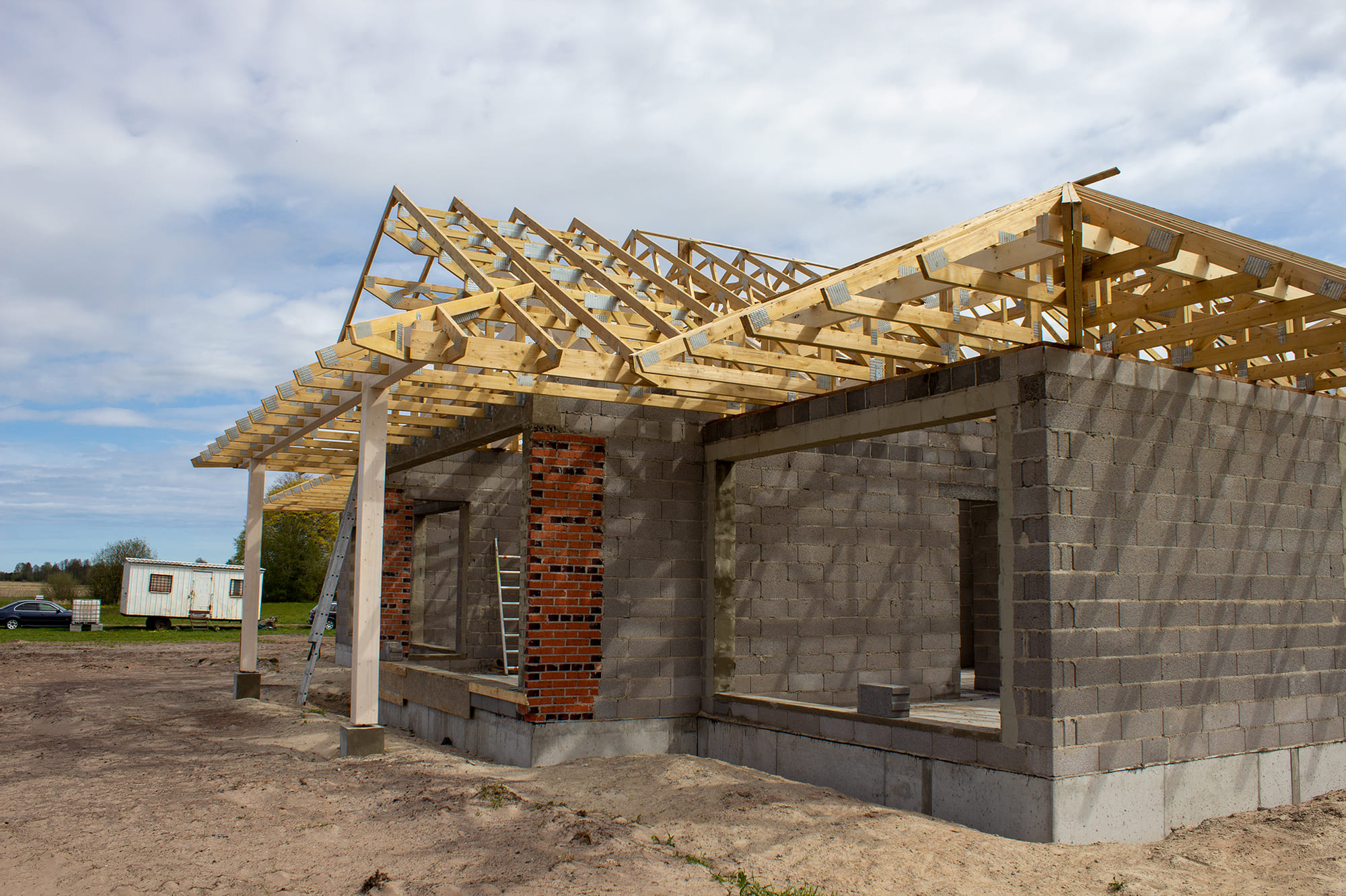 roof construction using wooden trusses for a private house