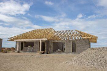 Jumta konstrukcija no koka kopnēm un sijām privātmājai