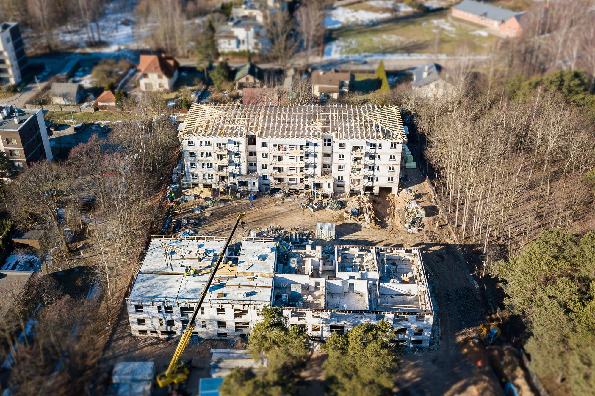 Medinių santvarų stogo konstrukcija patogus sprendimas daugiabučiams namams