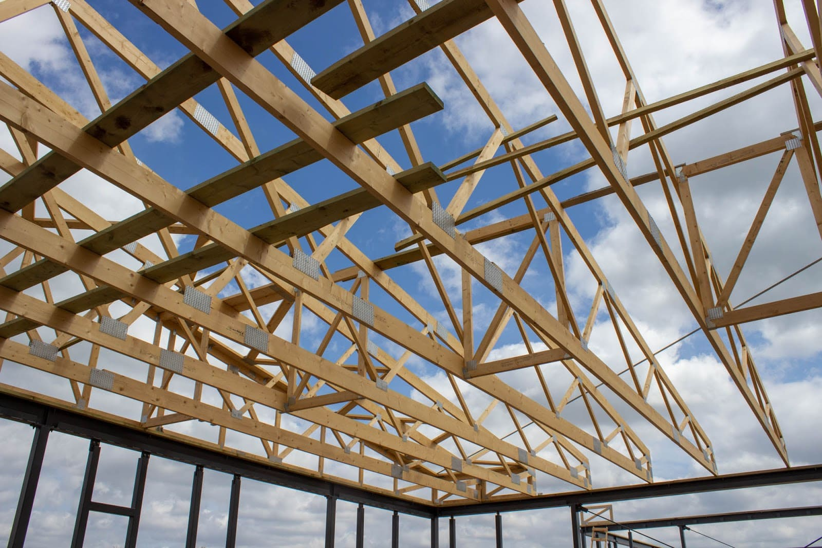 Roof trusses for an agricultural building for rabbits