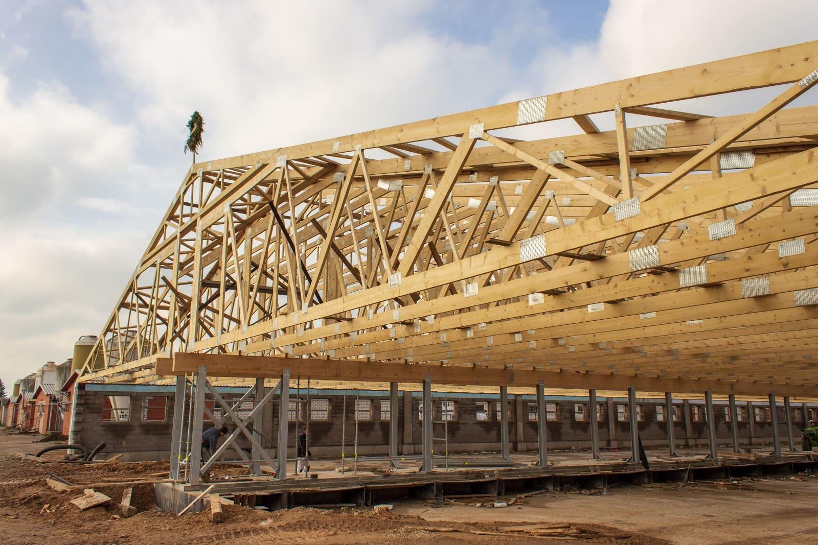 jumta konstrukcija lauksaimniecības ēkai priekš cūku fermas