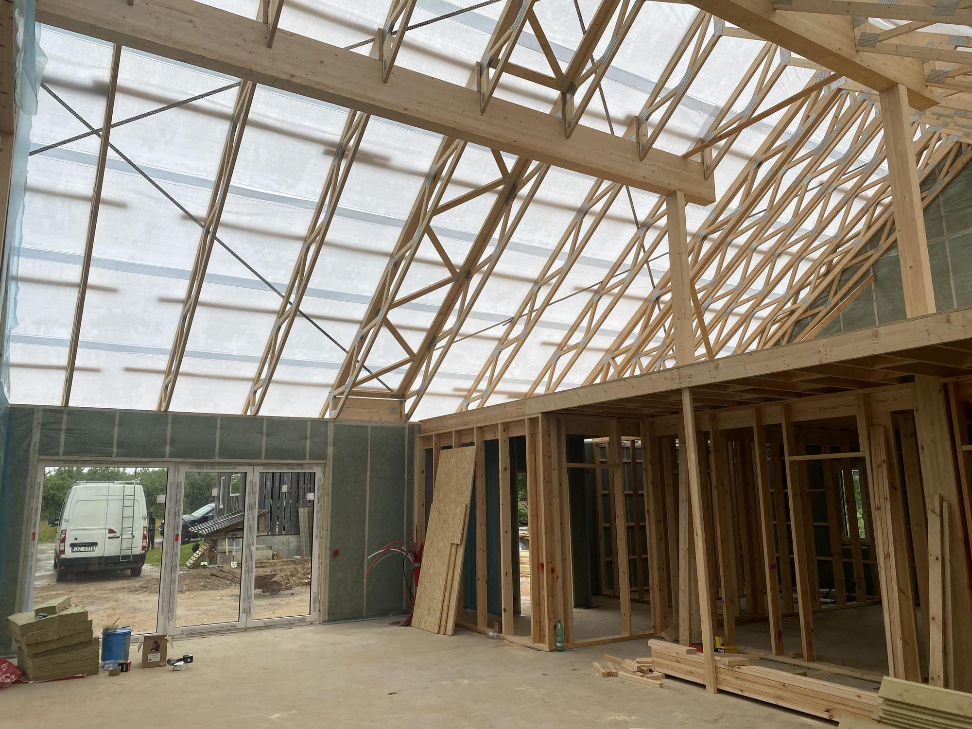Koka karkasa mājām ir dažādas jumtu konfigurācijas